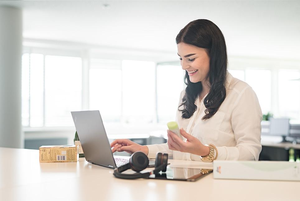 Lehrling arbeitet am Laptop